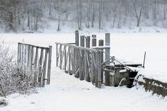 Pont de pied dans le paysage d'hiver images libres de droits