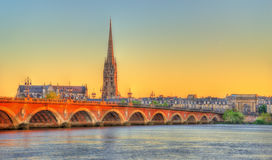 Pont de Pierre bro och helgon Michel Basilica i Bordeaux, Frankrike royaltyfria foton