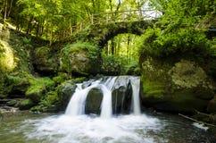 Pont de pierre de traînée de Mullerthal image stock