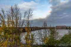 Pont de Pierre i Bordeaux, Frankrike arkivbilder