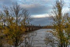 Pont de Pierre i Bordeaux, Frankrike arkivfoto