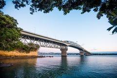 Pont de port d'Auckland au crépuscule Image libre de droits