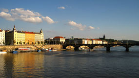 Pont de Prague au-dessus de rivière Vltava Photo stock