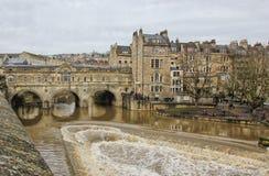 Pont de Pulteney au-dessus de la rivière Avon à Bath historique photographie stock