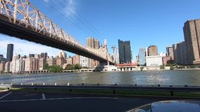 Pont de Queensboro vu de Roosevelt Island NYC -2 banque de vidéos