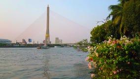Pont de Rama XIII à travers le fleuve Chao Phraya, Bangkok, Thaïlande banque de vidéos