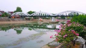 Pont de Ratsadaphisek au-dessus de rivière de Wang, Lampang, Thaïlande banque de vidéos