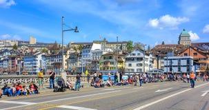 Pont de Rudolf Brun à Zurich avant le défilé de Sechselauten Photographie stock