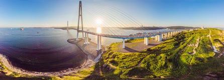 Pont de Russkiy de suspension vu de l'île de Russkiy dans Vladivostok, Russie photos stock
