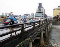 Pont de Sanjo sous la pluie, Kyoto, Japon Image libre de droits