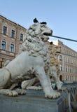 Pont de St Petersburg, décoré des sculptures des lions sur leurs têtes avec des pigeons à St Petersburg photographie stock libre de droits