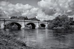 Pont de Swarkestone traversant la rivière trent, noir et blanc Images stock