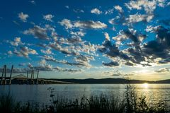 Pont de Tappan Zee menant à travers Hudson River vers le New Jersey, alors qu'un beau coucher du soleil allume le rempli de nuage photos libres de droits