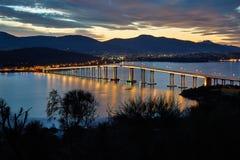 Pont de Tasman la nuit Photographie stock