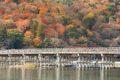Pont de Togetsukyo avec la forêt colorée photos stock