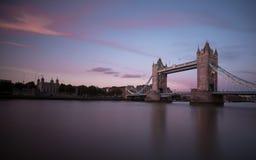 Pont de tour à Londres au coucher du soleil Photographie stock libre de droits