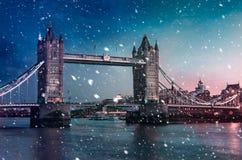Pont de tour avec la neige en baisse pendant le coucher du soleil, Londres, image libre de droits