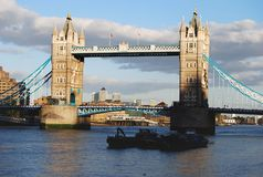Pont de tour dans la lumière égalisante images stock