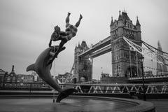 Pont de tour de Londres à travers la Tamise Photo libre de droits