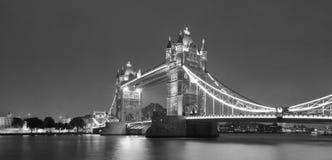 Pont de tour en noir et blanc photos stock