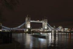 Pont de tour et le bateau de dépassement Photographie stock libre de droits