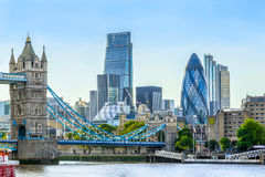 Pont de tour et secteur financier de Londres Image stock
