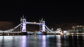 Pont de tour la nuit à Londres Photos libres de droits