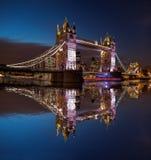 Pont de tour la nuit à Londres, Angleterre, R-U photo stock