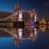 Pont de tour la nuit à Londres, Angleterre, R-U photos libres de droits