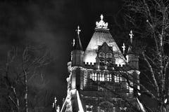 Pont de tour la nuit photographie stock libre de droits
