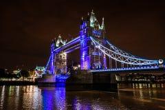 Pont de tour la nuit au-dessus de la Tamise, Londres, R-U, Angleterre Image libre de droits
