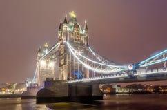 Pont de tour la nuit, Londres, R-U Image libre de droits