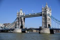 Pont de tour, Londres, R-U avec bluesky Photo stock