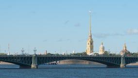 Pont de Troitsky et une chapelle de Peter et de Paul Fortress Photographie stock