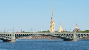 Pont de Troitsky de trinité et la chapelle de Peter et de Paul Fortress pendant l'été Photos stock