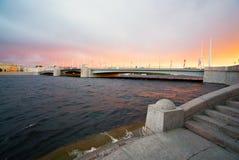 Pont de Tuchkov une soirée d'été au coucher du soleil St Petersburg images libres de droits