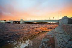 Pont de Tuchkov une soirée d'été au coucher du soleil St Petersburg photo stock