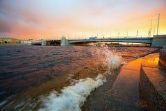 Pont de Tuchkov une soirée d'été au coucher du soleil St Petersburg photos stock