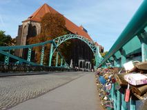Pont de Tumski et église de notre Madame sur le sable à Wroclaw Cadenas sur le pont Image libre de droits