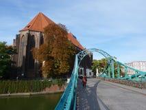 Pont de Tumski et église de notre Madame sur le sable à Wroclaw Cadenas sur le pont Photographie stock libre de droits