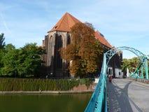 Pont de Tumski et église de notre Madame sur le sable à Wroclaw Cadenas sur le pont Images stock