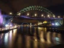 Pont de Tyne la nuit avec le pont de millénaire à l'arrière-plan Photographie stock