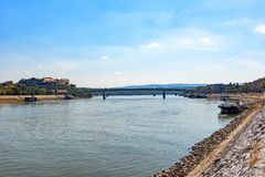 Pont de Varadin au-dessus de fort du Danube et de Petrovaradin photos stock