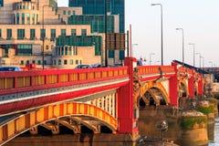Pont de Vauxhall et bâtiment secret de Service des Renseignements Image stock