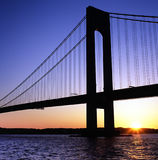 Pont de Verrazano au coucher du soleil Photographie stock libre de droits