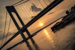 Pont de Verrazano vu au crépuscule Photographie stock