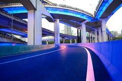 Pont de viaduc de passage supérieur de route urbaine de scène de nuit Images libres de droits