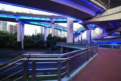 Pont de viaduc de passage supérieur de route urbaine de scène de nuit Photographie stock