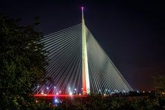 Pont de ville la nuit avec des arbres Image stock