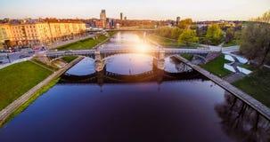 Pont de Vilnius par Neris Photos stock